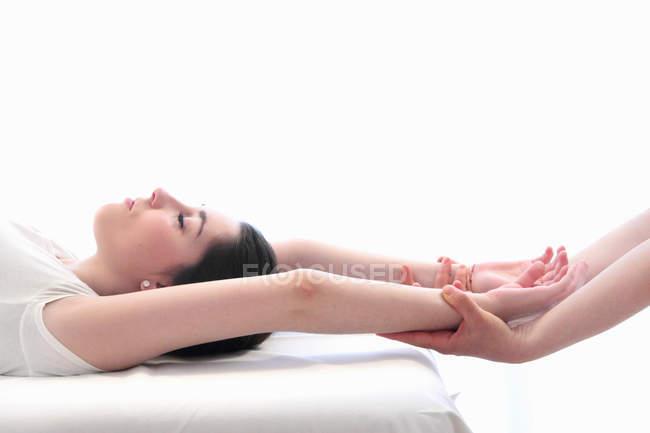 Mulher fazendo massagem no pulso no spa — Fotografia de Stock
