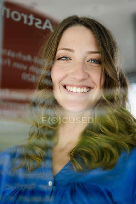Закрыть лицо женщины с улыбкой — стоковое фото