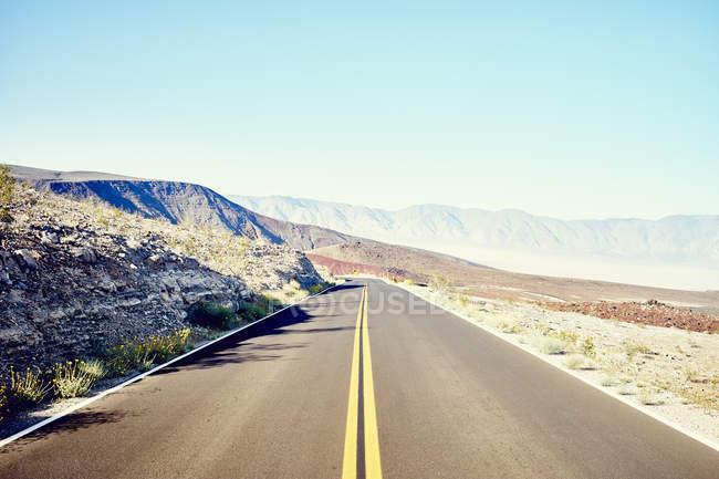 Vue depuis la route tout droit du désert — Photo de stock