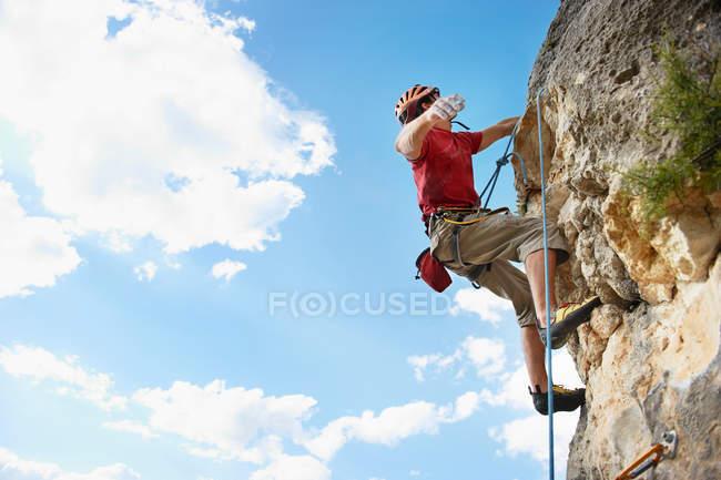 Людина піднімається схилом удень. — стокове фото