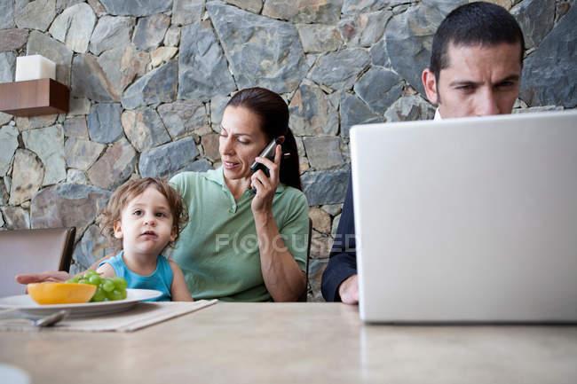 Famiglia che lavora al tavolo della colazione — Foto stock