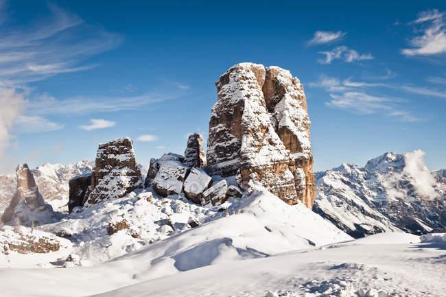 Сніг накривав скельних утворень — стокове фото
