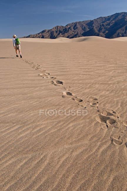 Людина походи в Національний парк Долина смерті, Каліфорнія, США — стокове фото