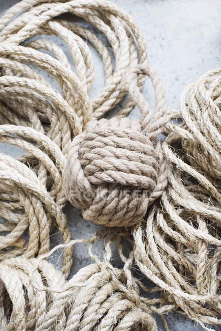 Сільський Сизаль мотузку м'яч на таблицю — стокове фото