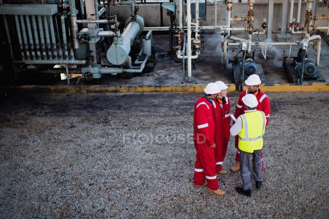 Travailleurs parlant à l'usine chimique — Photo de stock