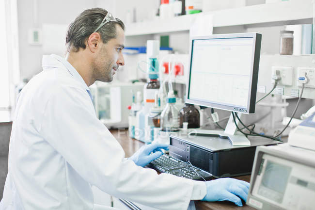 Scientist using computer in lab — Stock Photo