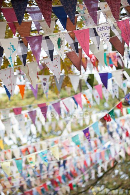 Banderas ondeando contra hojas de otoño - foto de stock
