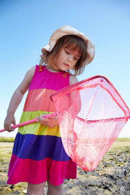 Девушка осматривает рыболовные сети на улице — стоковое фото