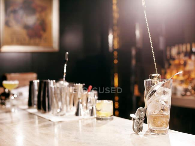 Cocktail, Herstellung von Werkzeugen auf Bar — Stockfoto