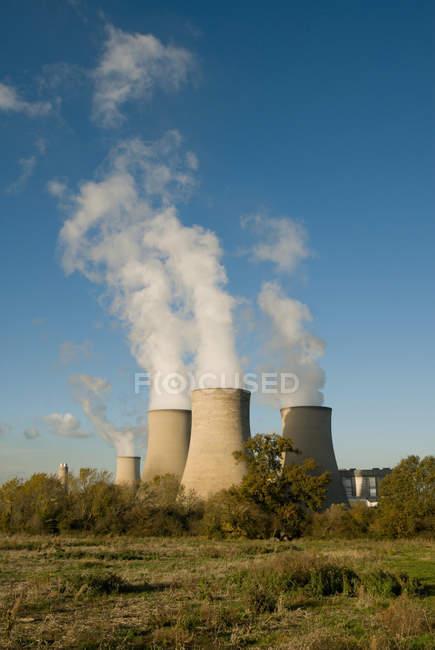 Pali della centrale elettrica didcot con vapore nel cielo blu — Foto stock