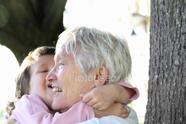 Жінка тримає Внучці на відкритому повітрі — стокове фото