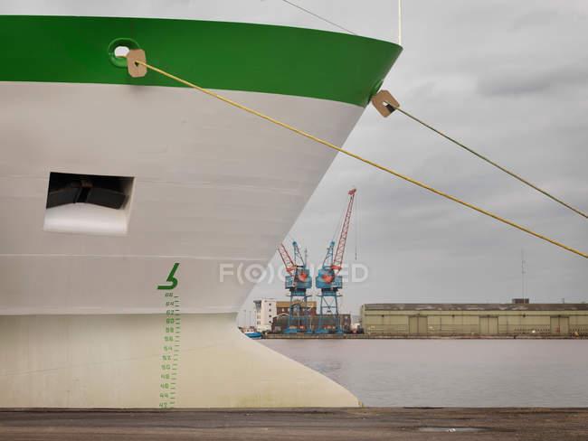 Vista della nave verde e bianca al porto — Foto stock