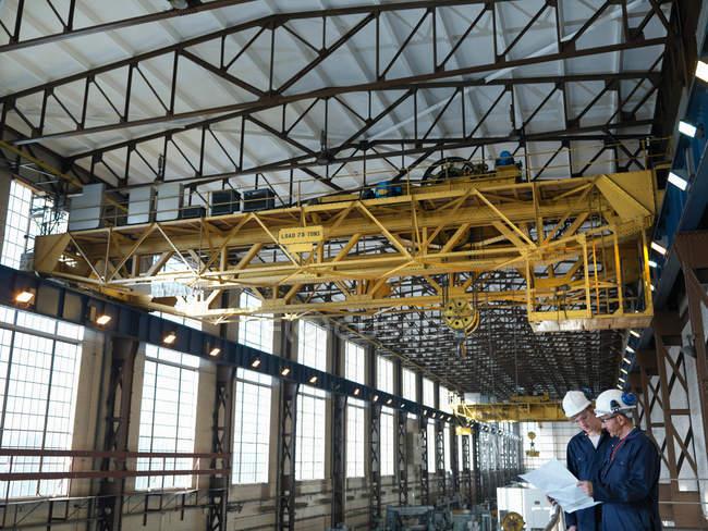 Ingénieurs au-dessus de Turbine Hall — Photo de stock