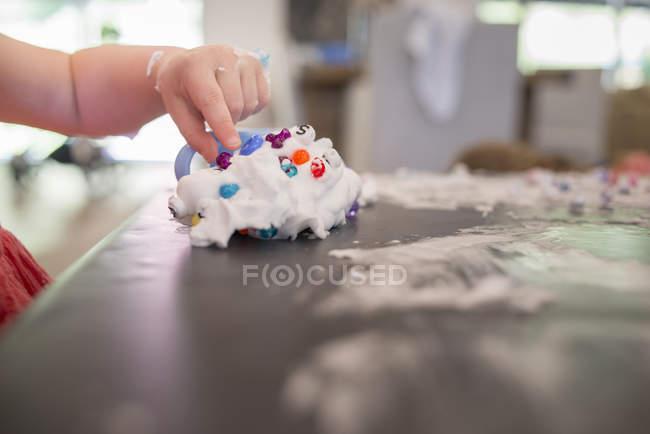 Jeune fille jouer salissant à table — Photo de stock