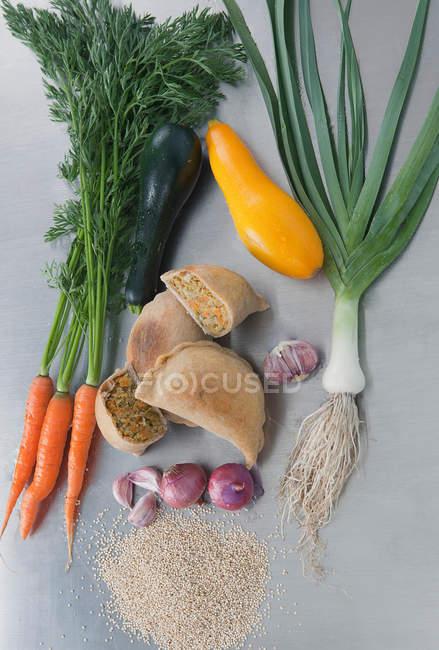 Verdure crude con pane empanada — Foto stock