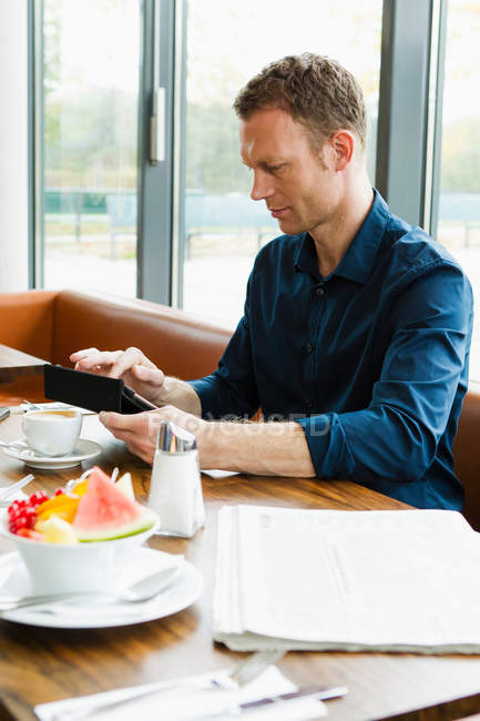 Businessman working in cafe — Stock Photo