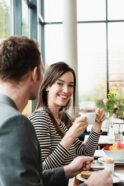 Couple having breakfast together?in cafe — Stock Photo