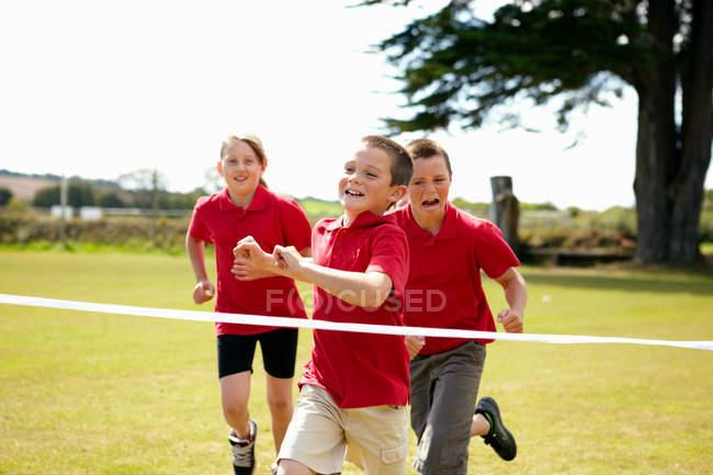 Kinder rasen zum Überqueren der Ziellinie, selektiver Fokus — Stockfoto