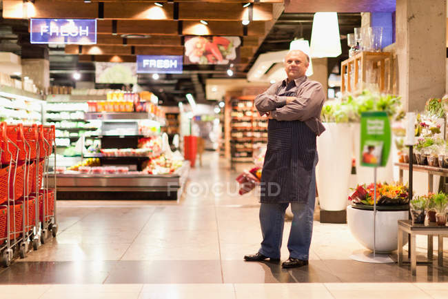 Clerk standing in grocery store, selective focus — Stock Photo