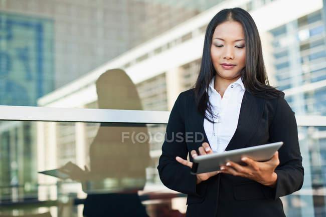 Бізнес-леді за допомогою планшетного комп'ютера — стокове фото