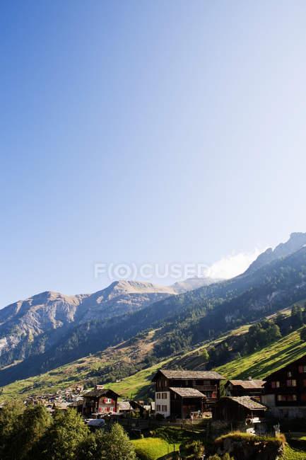 Pequena aldeia nas montanhas — Fotografia de Stock