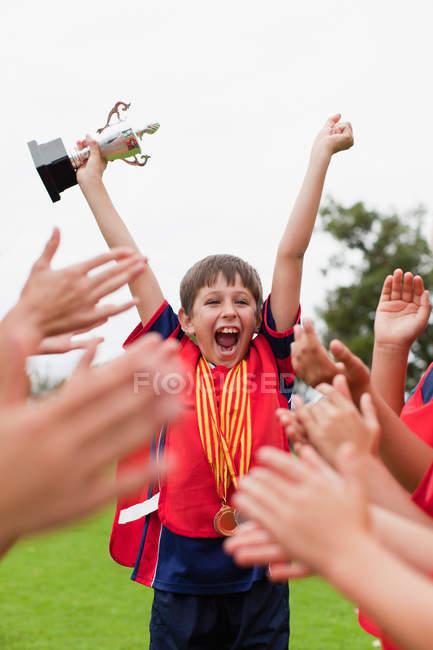I bambini tifano compagno di squadra con trofeo — Foto stock