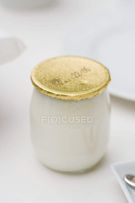 Mangiare yogurt in vaso di vetro sul tavolo, sano — Foto stock