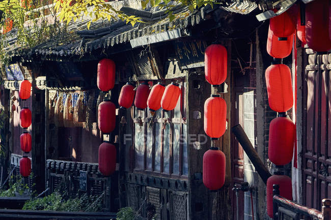 Paper lanterns hanging from traditional Chinese building — Stock Photo