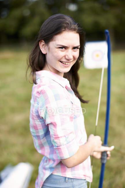 Porträt eines Teenager-Mädchens beim Bogenschießen — Stockfoto