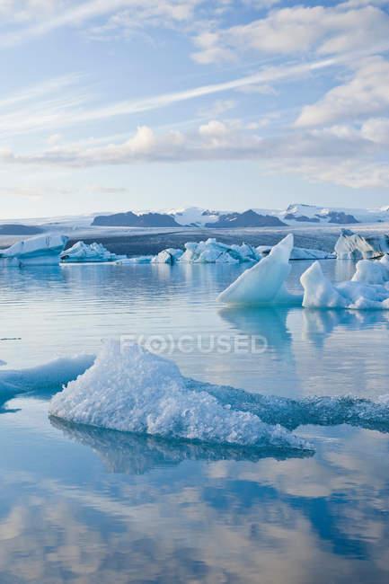 Eisberge im Gletscherwasser schweben — Stockfoto