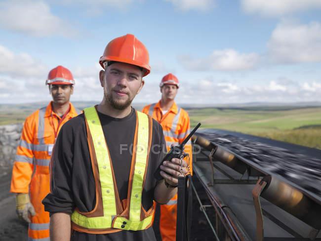 Вугілля працівників з конвеєра — стокове фото