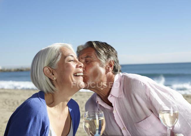 Mann schlägt Frau auf die Wange — Stockfoto