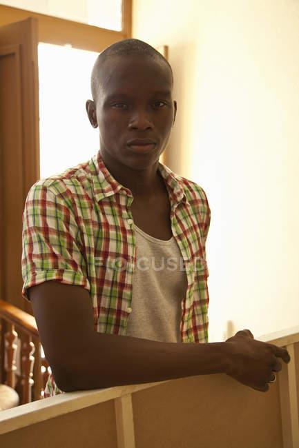 Портрет афроамериканець людиною, дивлячись на камеру — стокове фото