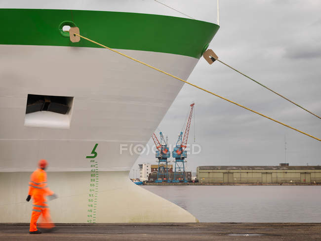Працівник порту з судна в порту — стокове фото