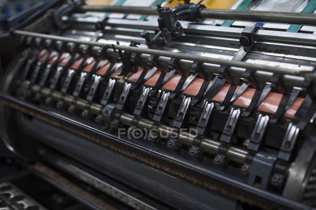 Close-up da máquina de impressão de papel na oficina de impressão — Fotografia de Stock