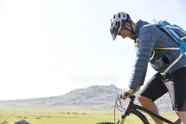 Side view of cyclist cycling on hillside — Stock Photo