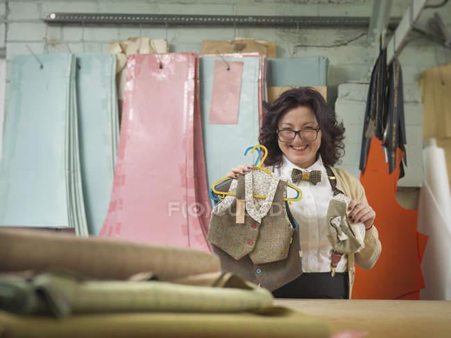 Модельєр з дитячий одяг в одязі заводу, портрет — стокове фото