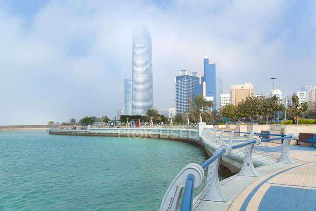 Centro de la ciudad de Abu Dhabi, Landmark Tower, torre de Baynunah, Emiratos Árabes Unidos - foto de stock