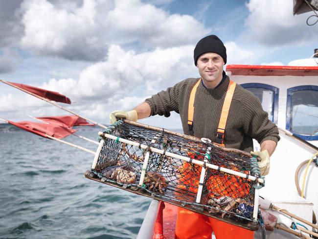 Pêcheur avec le pot de homard et les crabes — Photo de stock