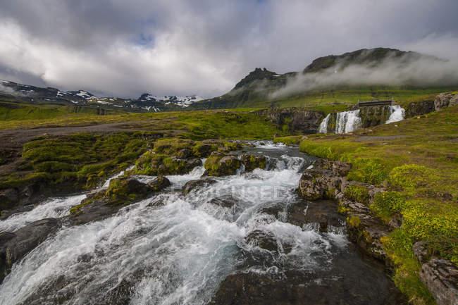 Vista panorámica de Islandia occidental de la cascada, Grundafjordur, de Kirkjufoss - foto de stock