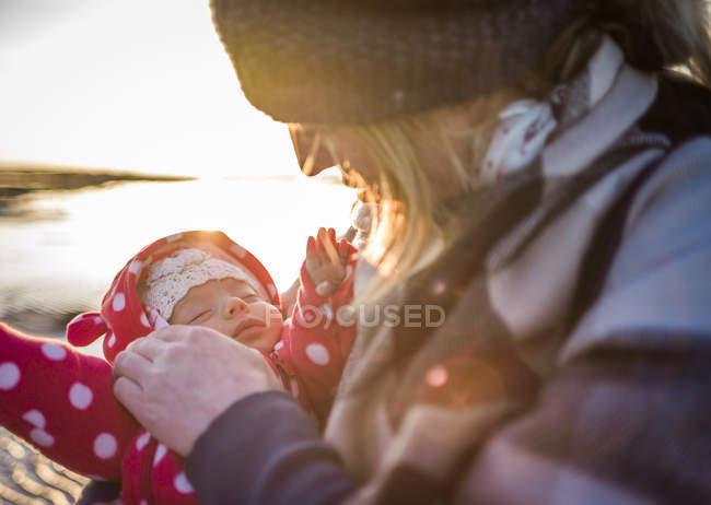 Крупним планом мати заспокійлива дівчина дитини — стокове фото