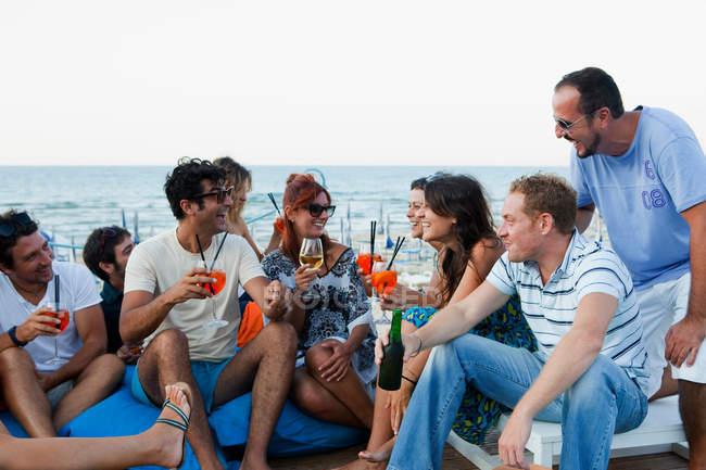 Amis buvant ensemble à l'extérieur, se concentrer sur le premier plan — Photo de stock