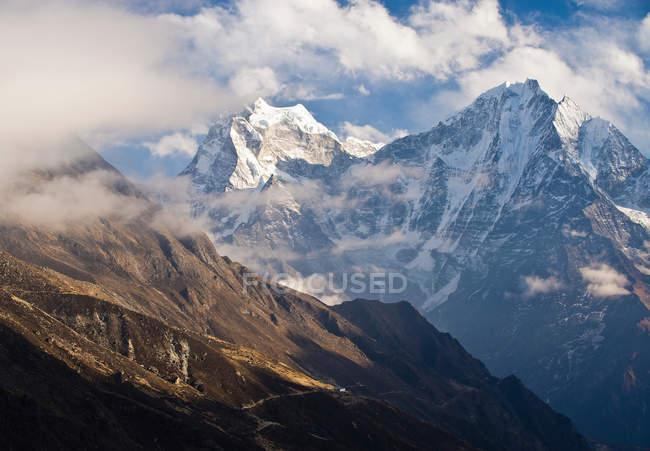 Montañas nevadas con vistas al valle - foto de stock