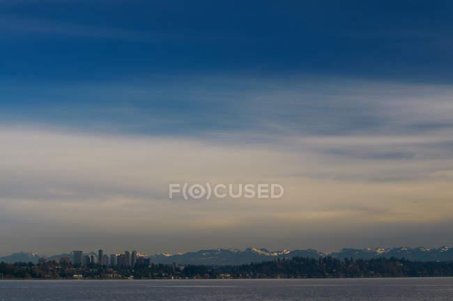 Horizonte da cidade de Seattle na água — Fotografia de Stock