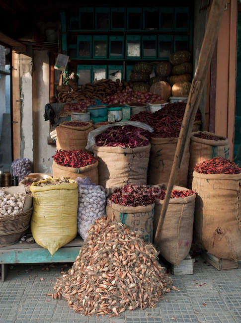 Market stall selling local food produce in Srinigar — Stock Photo