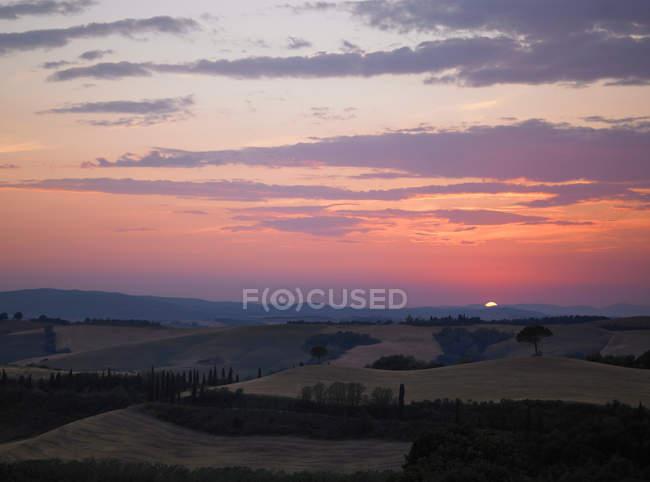 Sonne geht über ländlicher Landschaft auf — Stockfoto