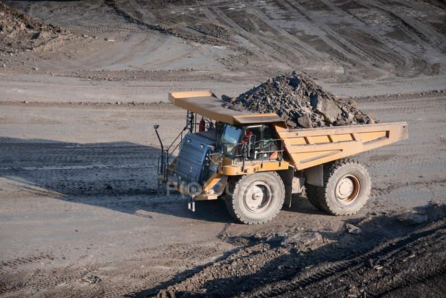 Dumper contenant des roches à la mine de charbon à ciel ouvert, angle élevé — Photo de stock
