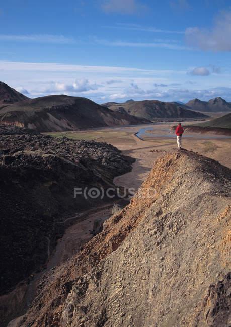 Homem, com vista para a paisagem seca do penhasco — Fotografia de Stock