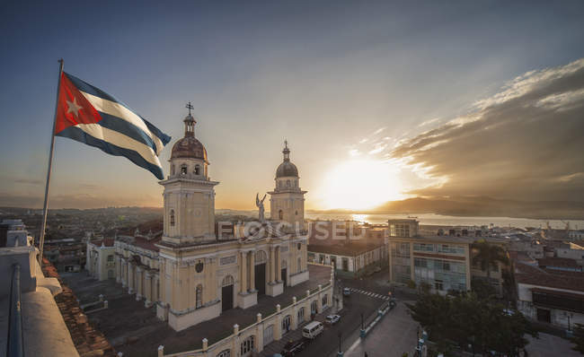 Kubanische Flagge winken über Plaza De La Catedral bei Sonnenuntergang, Santiago De Cuba, Kuba — Stockfoto
