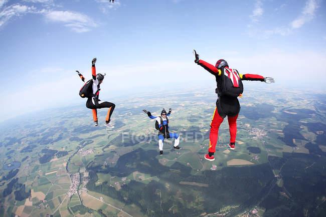 Три парашютиста свободно падают над Лейткирхом, Бавария, Германия — стоковое фото